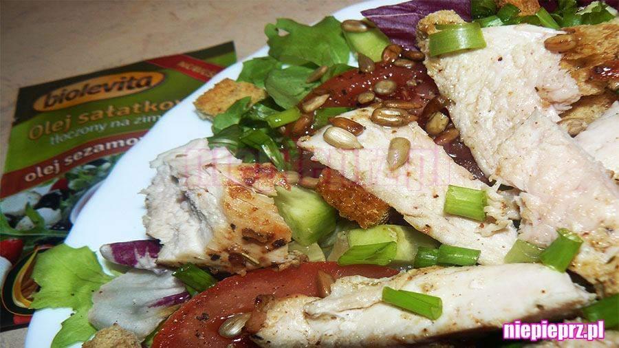 Sałatka z kurczakiem i grzankami