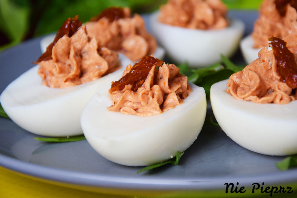 Jajka faszerowane fetą i suszonymi pomidorami