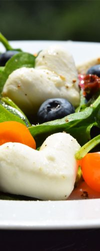 przepis na sałatkę ze szpinakiem mozzarella i pomidorkami niepieprz